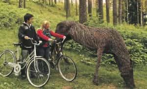 Harjulla oleva puuhevonen huvitti Yoonia ja Jonesia. Mukana tärkeäksi osoittautunut polkupyörä.