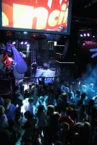 Kuuroille ja kuuleville suunnattu Sencity-ilta keräsi yökerhon tupaten täyteen juhlijoita.