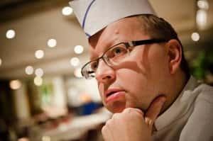 """Ilokiven Kari Minkkinen on aktiivinen valkosipulin harrastaja. """"Yhden ainoan kerran on ollut ruuassa liikaa valkosipulia. Varmaan kiusallaan olivat laittaneet, mutta minähän sinnikkäänä söin sen jälkiruuan silti loppuun"""", Minkkinen naureskelee. (Kuva: Johannes Kaarakainen)"""