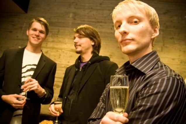Entisiä ja nykyisiä toimittajia: edessä Jylkkärissä keväästä 2009 ollut Juha Korhonen, takana nykyisin dj:nakin kunnostautunut Mikko Mattlar. Jarno Hartikainen (vasemmalla) oli järjestämässä Lööpin journalismiseminaaria.