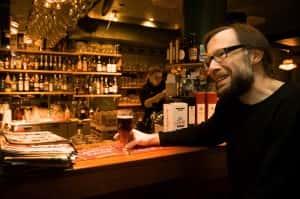Hannu Nikulaisen suosikkioluet ovat tummia, täyteläisiä ja melko katkeria, kuten Imperial Stout -oluet. Tällä kertaa lasissa on pähkinäistä ja toffeemaista Caledonian 80 Shilling -alea Skotlannista. (Kuva: Natanael Sinisalo)