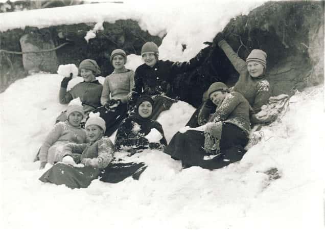 Seminaarin naisoppilaita lumileikeissä 1920-luvun alkupuolella.