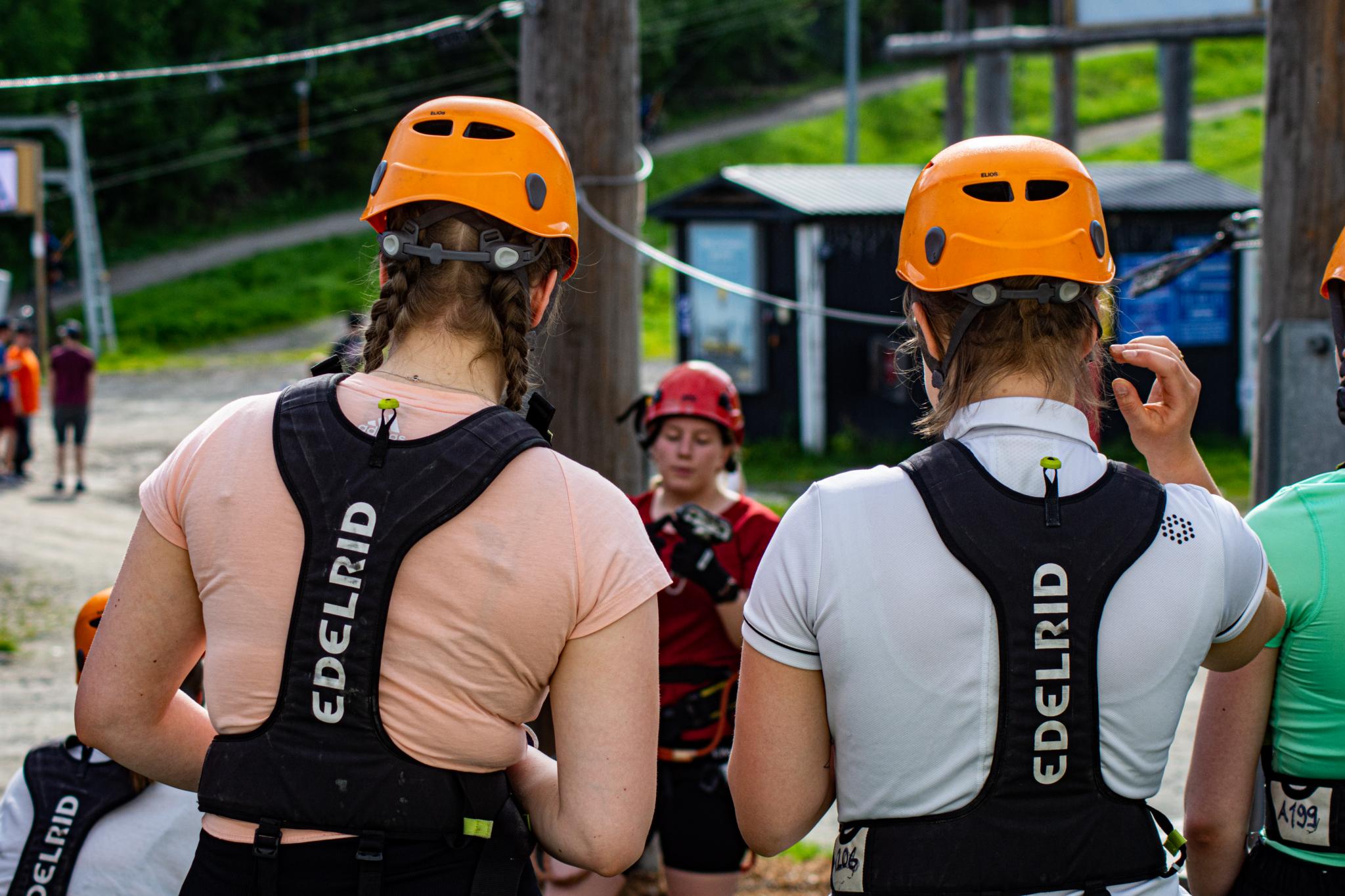 Leija -jutussa käytetty kuva heidän retkestä seikkailupuistoon. Opiskelijoilla on kypärät ja turvallisuus varusteet.