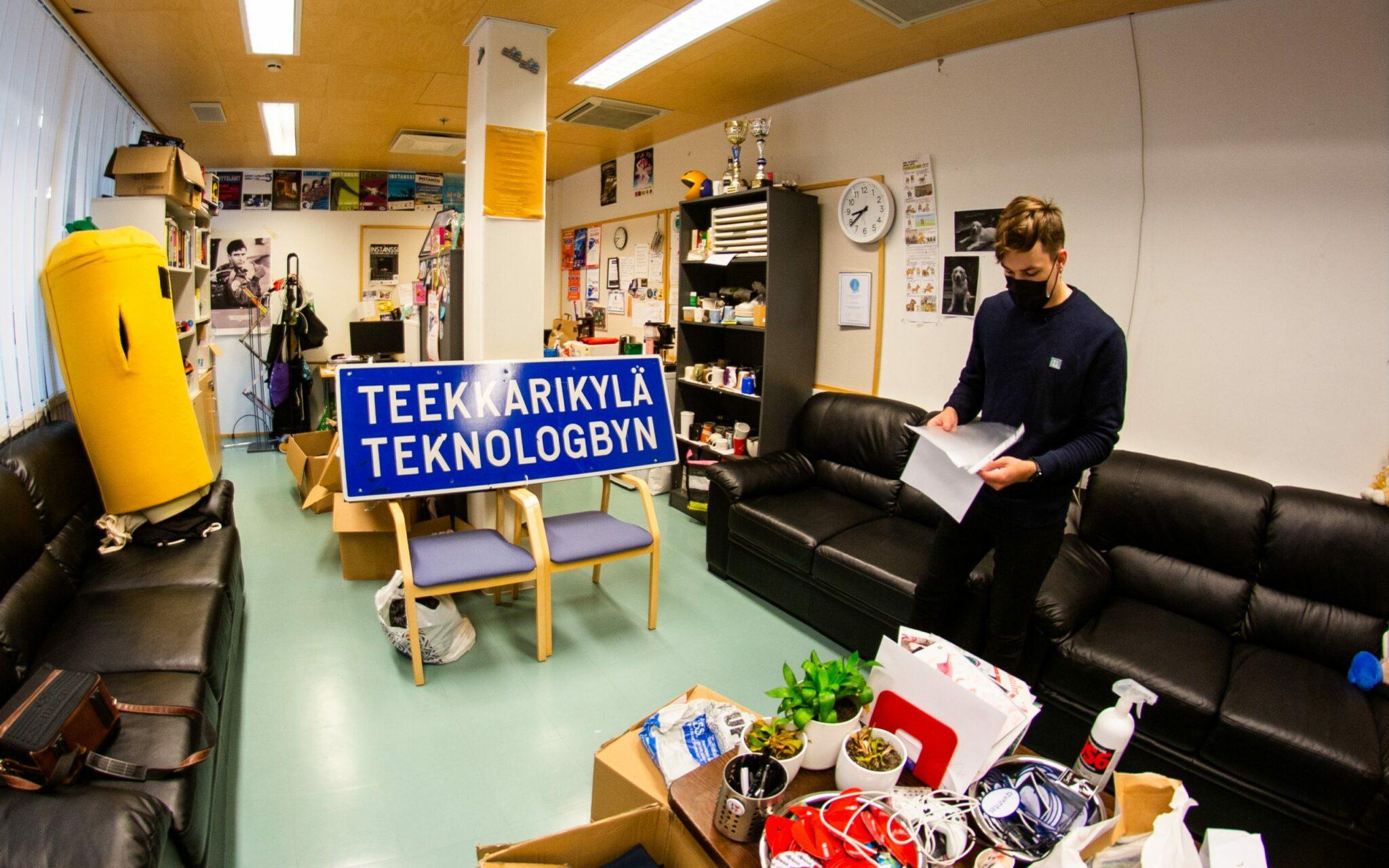 Linkki ry:n puheenjohtaja Roope Tirrosen mukaan Teekkarikylä-kyltti on oikeissa käsissä.
