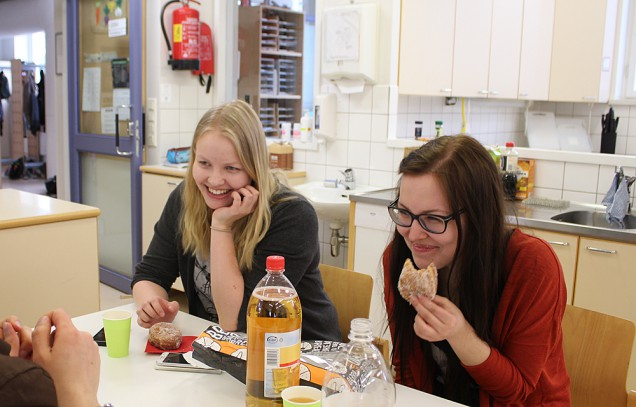 Chemistry student Annu Nurmela and Finnish language student Riikka Rintala attending an early May Day event organised by the Jyväskylä subject teacher students' association (Jano ry) in Normaalikoulu on Wednesday 20th April.